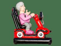 Vrouw sarah in scootmobiel opblaasfiguur
